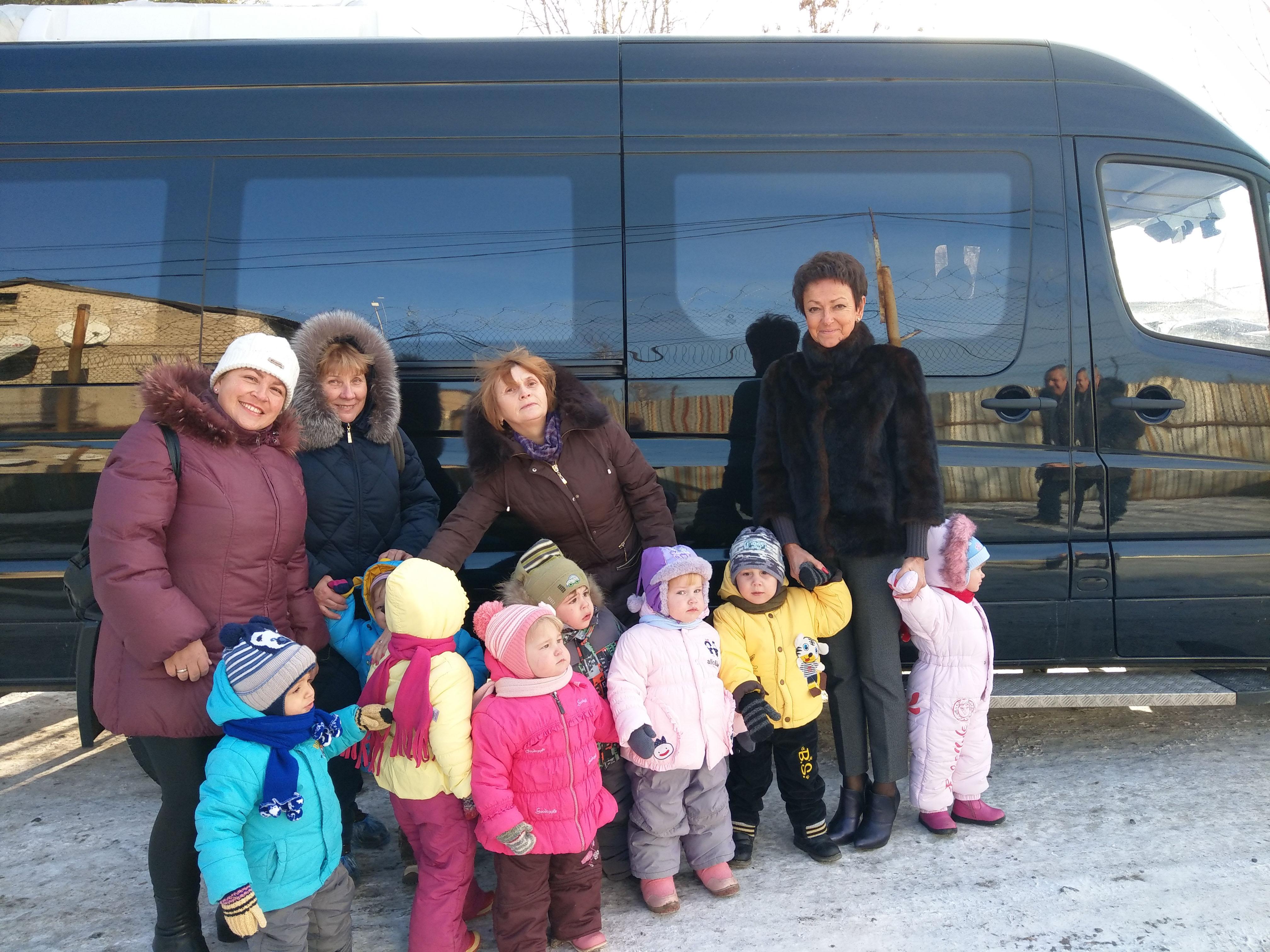 Воспитатели и малыши перед поездкой