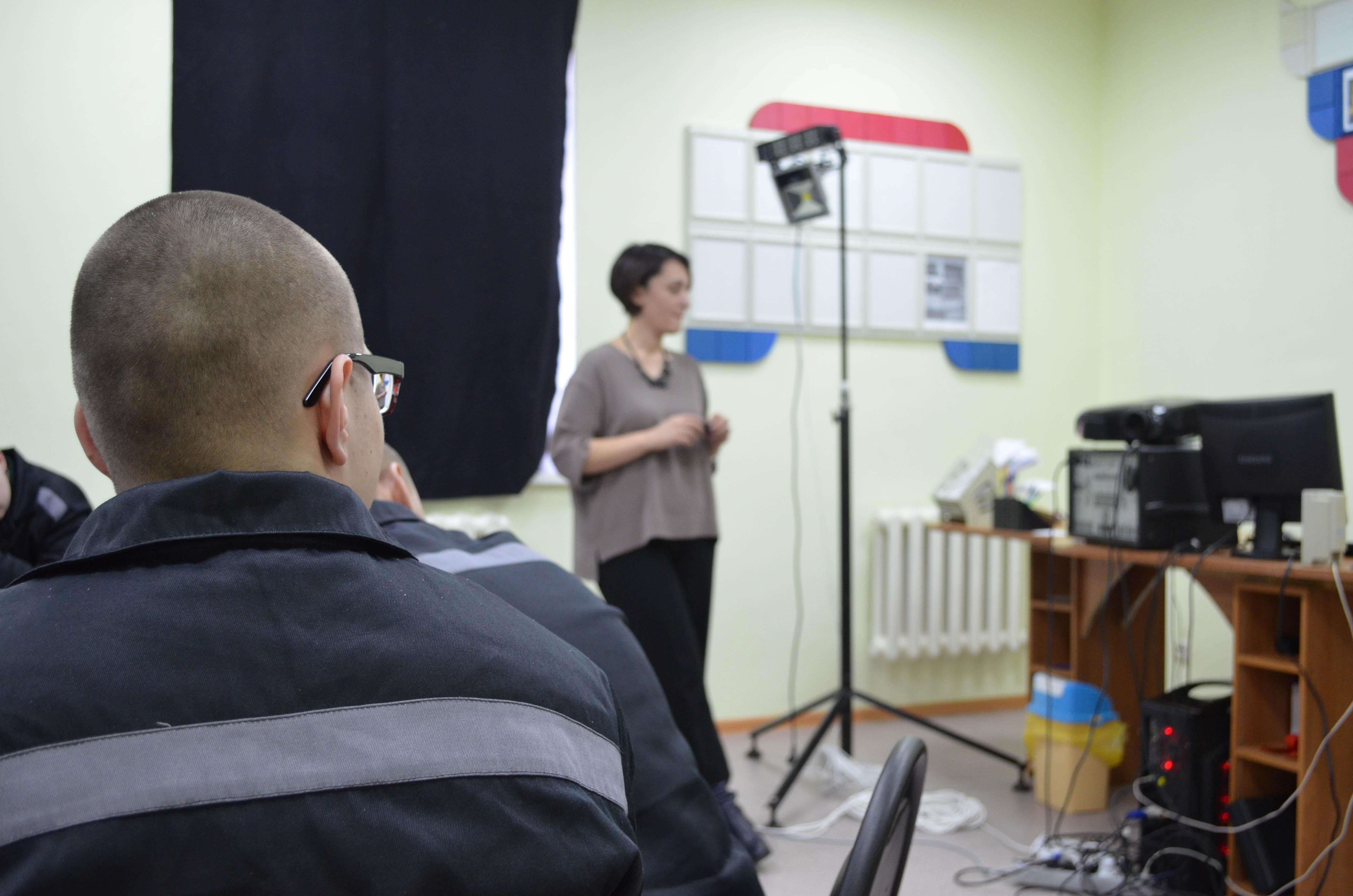 Ирина Савченко рассказывает подросткам, о том как делать новости.